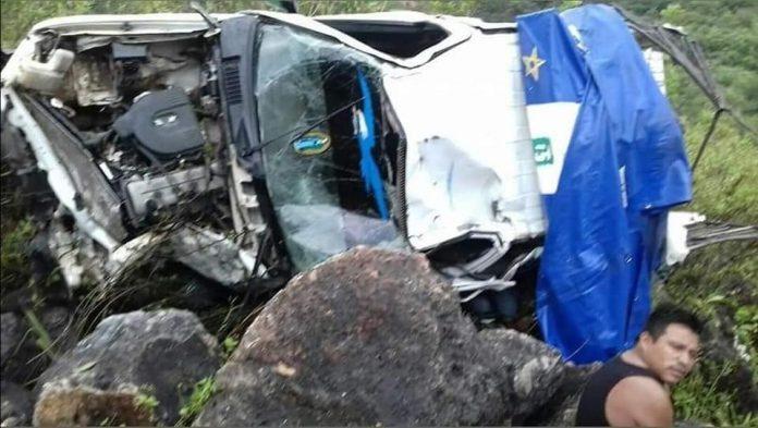 Tres muertos y varios heridos en aparatosa volcadura en Chiapas
