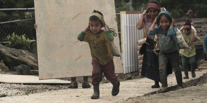Niños trabajan en labores de construcción en Aldama, Chiapas, en agosto pasado