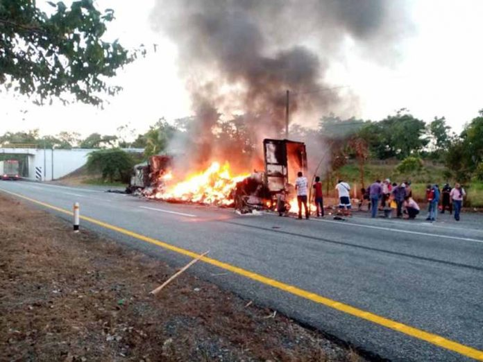 Tráiler se incendia en la carretera costera de Chiapas